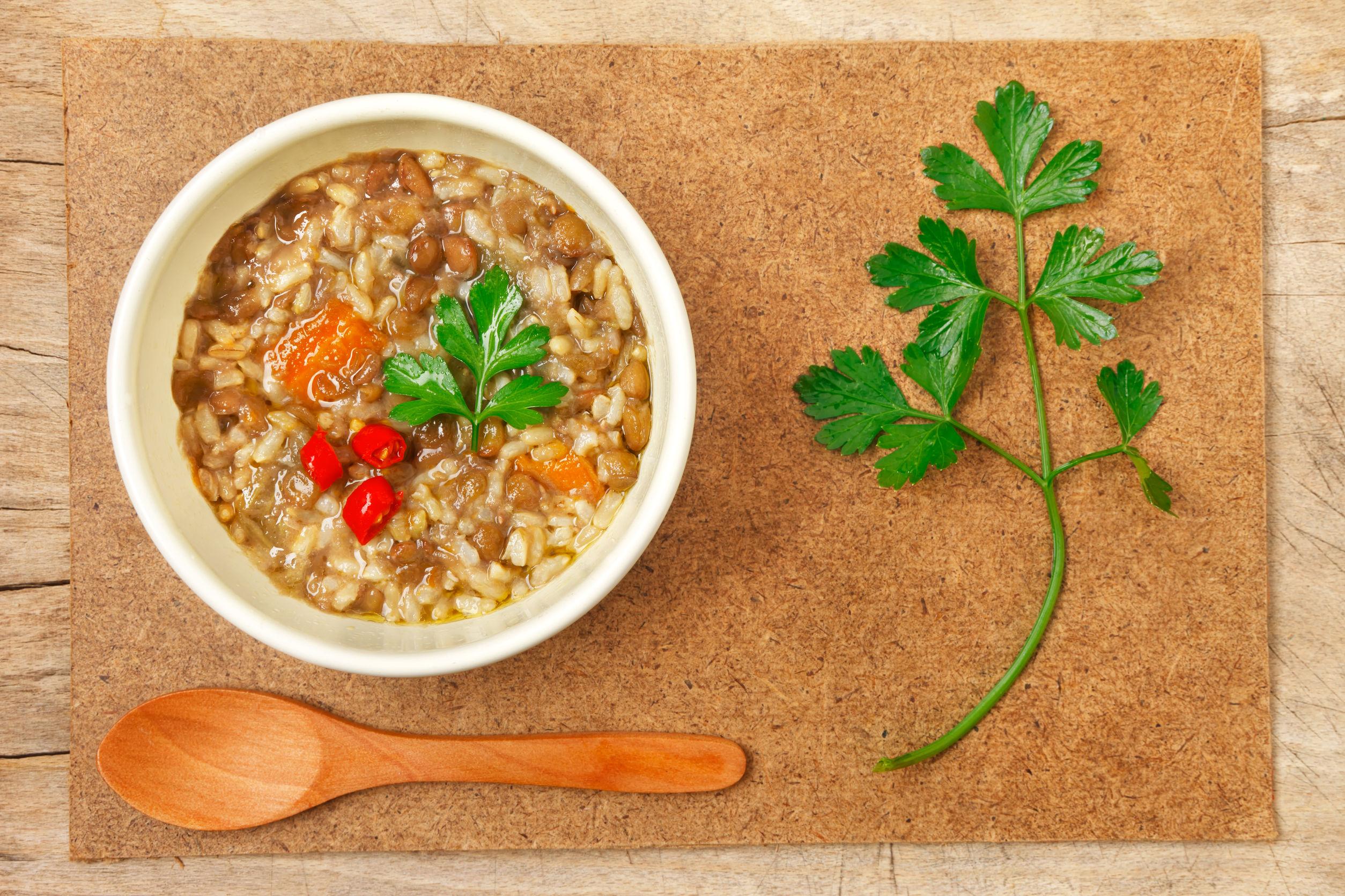Receta de lentejas veganas, arroz integral y alga kombu.