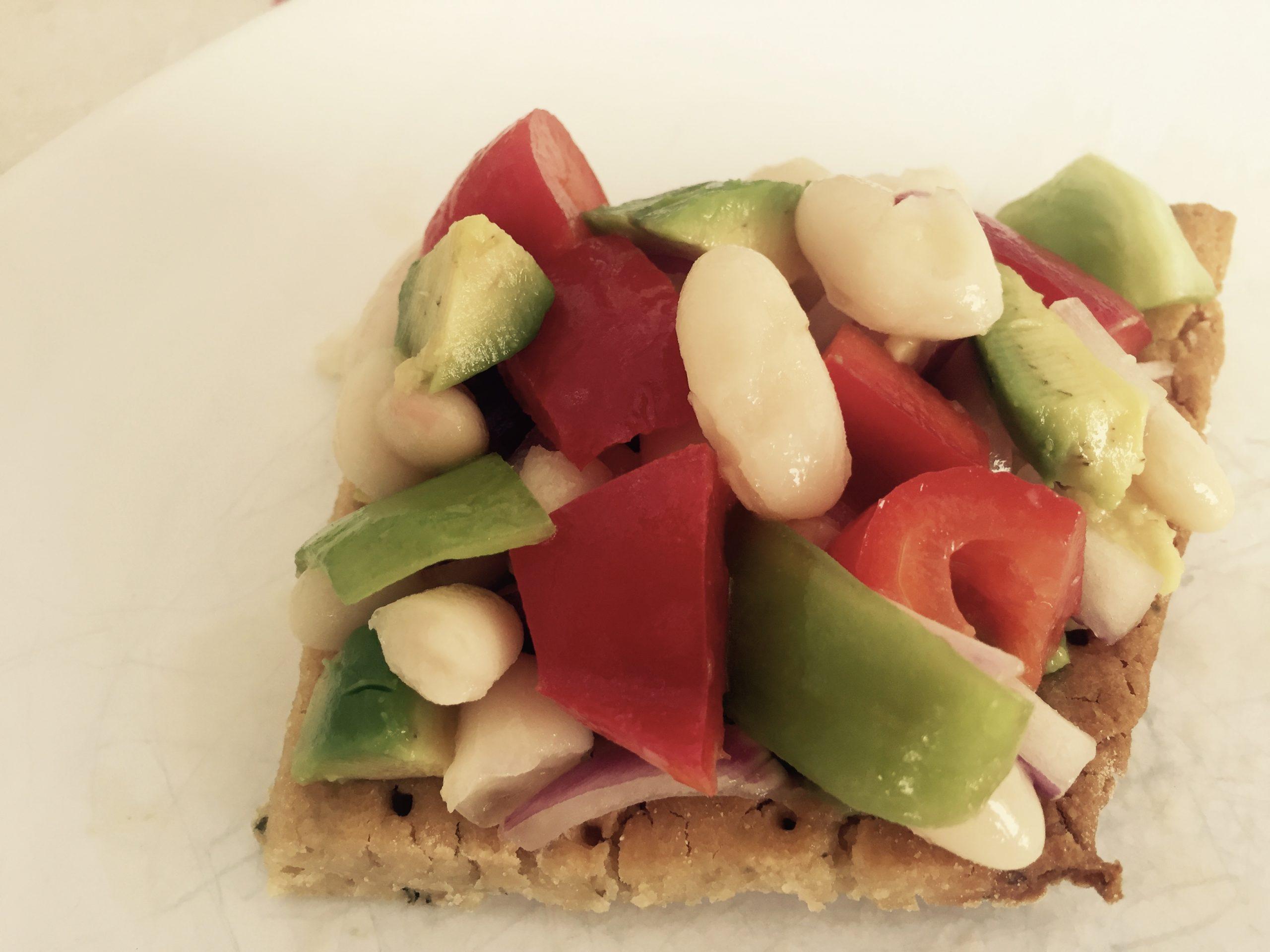 Receta de alubias y aguacate sobre pan crujiente